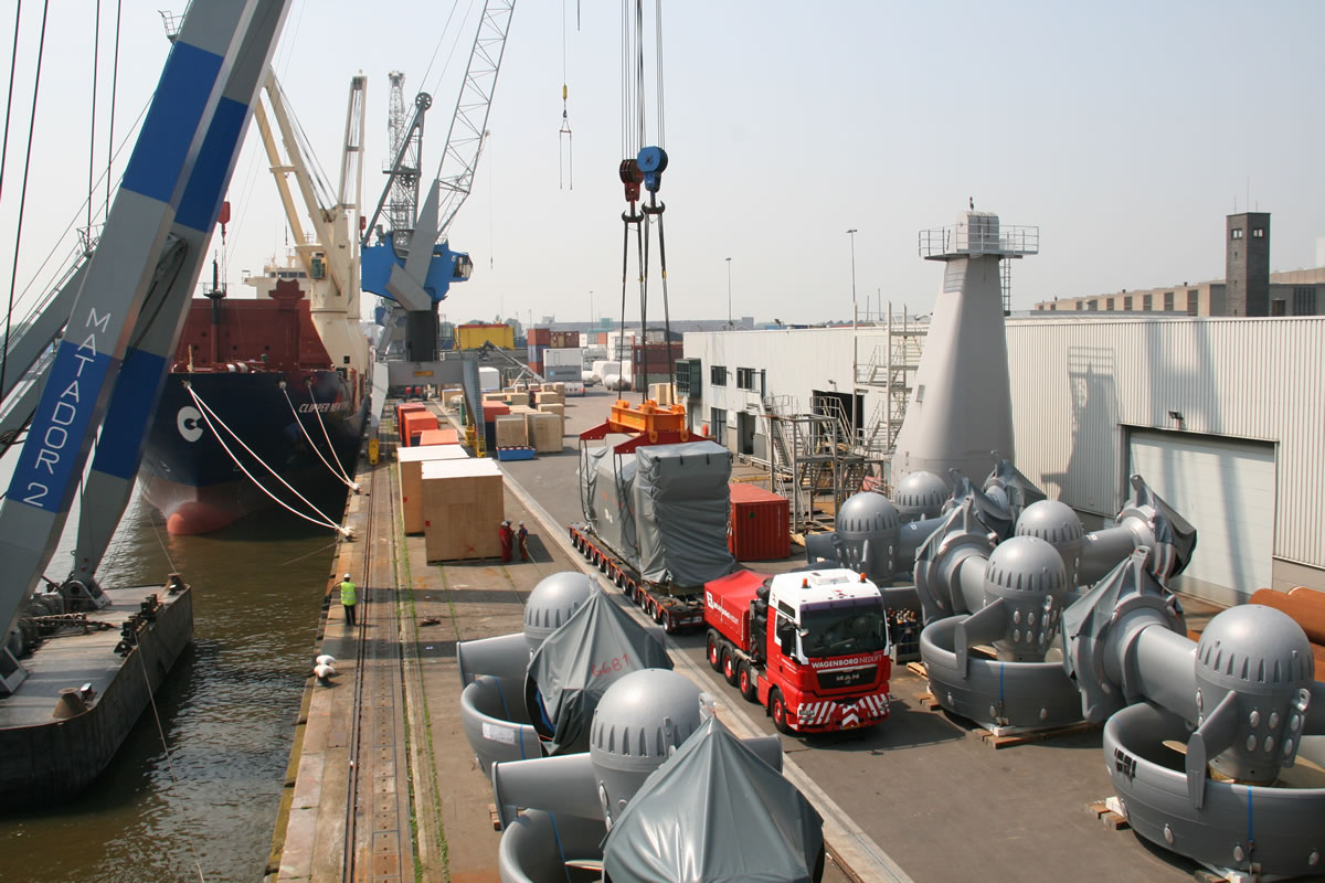 Man diesel engines and thrusters were shipped to the Daewoo shipyard in China for installation in the Pieter Schelte's hulls.